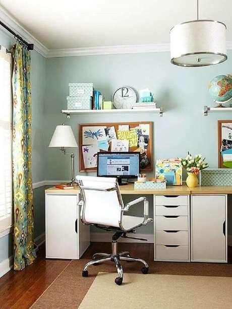 29. Decoração de escritório simples com cadeira giratória com base cromada. Fonte: Pinterest