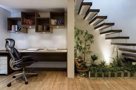 23. Home office com cadeira cromada escritório presidente. Fonte: Ricardo Lopez