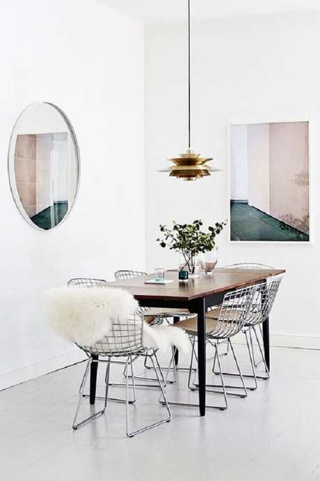 4. Sala de jantar clean decora com mesa com cadeira cromada. Fonte: Pinterest