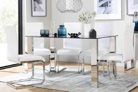 49. Cadeiras de cozinha cromada decora a mesa de jantar de vidro. Fonte: Ranchoa Vellanas