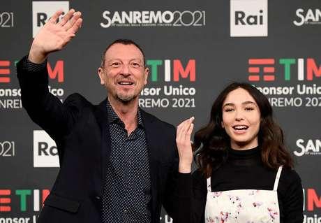 O apresentador Amadeus e a atriz Matilda De Angelis, que conduzirão a edição de 2021 do Festival de Sanremo