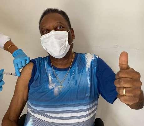 """Pelé recebe primeira dose da vacina contra a covid-19 e celebra: """"Um dia inesquecível"""""""