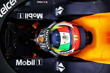 O mexicano aproveitou para mostrar o novo capacete, com pintura amarela e a bandeira de seu país no topo