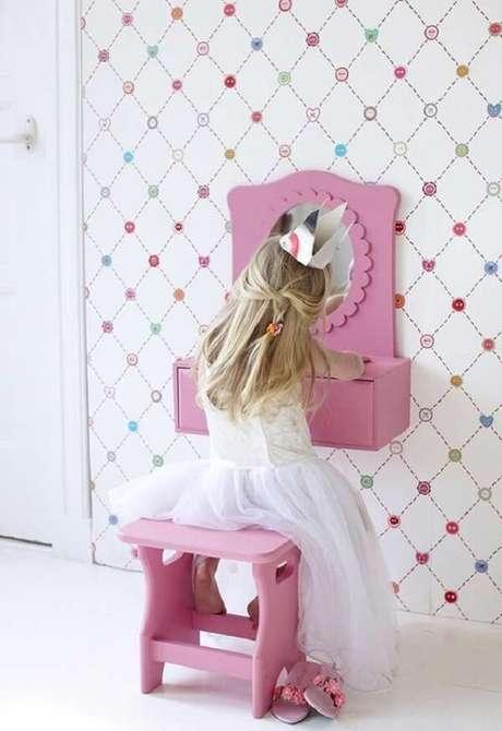 21. Modelo de penteadeira rosa infantil pequena para deixar no quarto. Fonte: Ideias Decor