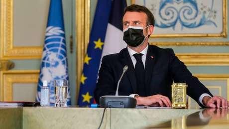 """Presidente francês, Emmanuel Macron, disse que a vacina Oxford-AstraZeneca era """"quase ineficaz"""" para pessoas com mais de 65 anos"""