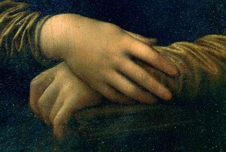 Os dedos de Mona Lisa tocam a cadeira