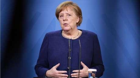 """Porta-voz da chanceler Angela Merkel teve que dizer publicamente que a vacina AstraZeneca é """"segura"""" e """"eficaz"""""""