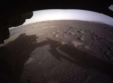 Esta é a primeira imagem colorida de alta resolução a ser enviada de volta pelas câmeras na parte inferior do veículo espacial após sua aterrissagem