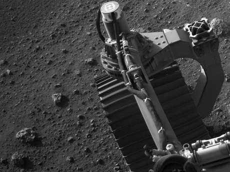 O Perseverance está carregando uma série de instrumentos científicos avançados para reunir informações sobre a geologia, a atmosfera e as condições ambientais do planeta vermelho. A câmera que tirou esta imagem está localizada no alto do mastro do veículo espacial e ajuda a guiá-lo