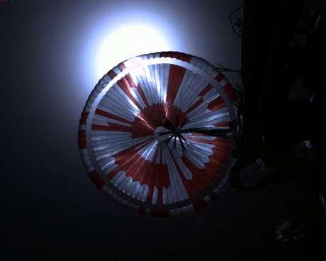 Esta imagem também foi feita durante a descida. Quando o rover estava cerca de 11 km acima do solo, a espaçonave lançou o pára-quedas supersônico para amortecer sua queda