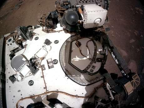 Esta é a visão do convés, a partir da qual podemos observar o PIXL, um dos instrumentos no braço retraído do robô que será usado para identificar elementos químicos