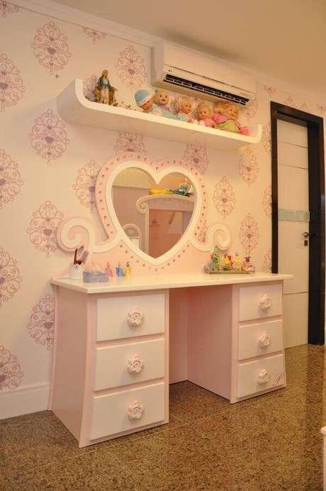36. Penteadeira rosa bebê infantil com espelho em formato de coração. Fonte: Nicolle do Vale