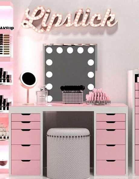 1. Penteadeira camarim rosa e branca com suporte especial só para batons. Fonte: Pinterest