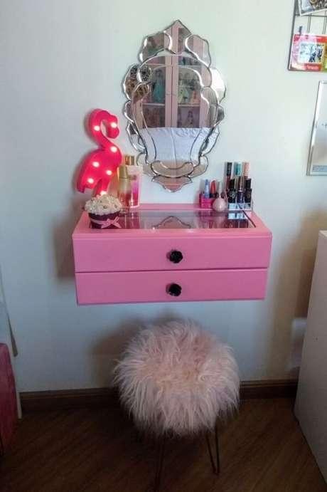 11. A penteadeira rosa suspensa cabe em qualquer cantinho do quarto. Fonte: Pinterest