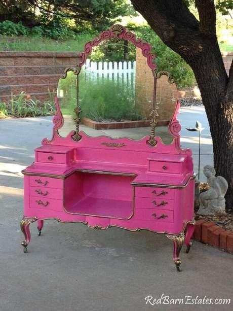 28. Modelo de penteadeira rosa pink com estilo colonial. Fonte: Pinterest