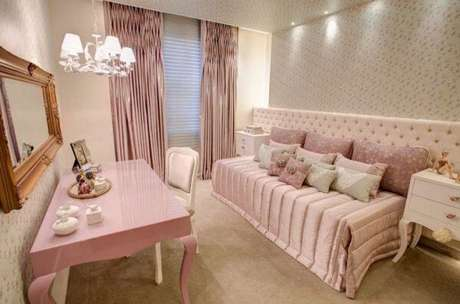 24. Modelo de penteadeira rosa com design clássico. Fonte: Pinterest