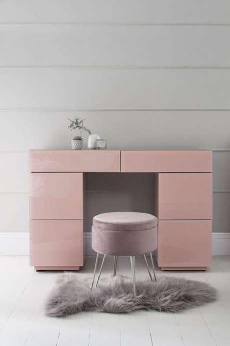 7. Penteadeira rosa com gavetas que auxiliam na organização de produtos de beleza. Fonte: Pinterest