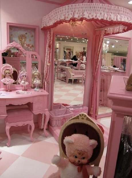 10. A penteadeira rosa serve de apoio para as bonecas colecionáveis. Fonte: Pinterest