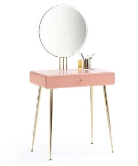 20. Mini penteadeira rosa com espelho se adapta a diferentes ambientes. Fonte: Pinterest