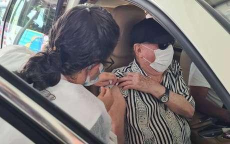 O apresentador do SBT Raul Gil recebeu a primeira dose da vacina indiana Serum
