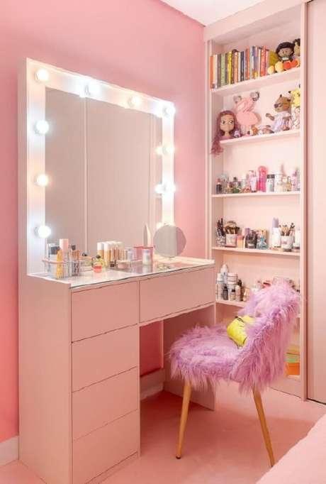 15. Cadeira para penteadeira rosa com acabamento peludo. Fonte: Revista Glamour