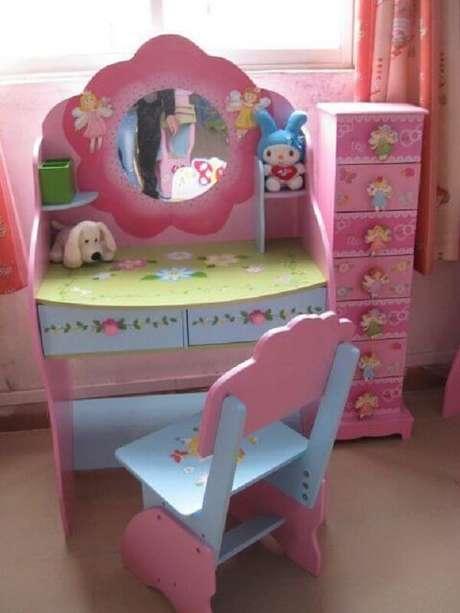 44. Penteadeira rosa infantil com diversas gavetas. Fonte: Casa e Construção