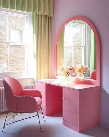 6. Cadeira para penteadeira rosa confortável e charmosa. Fonte: Pinterest