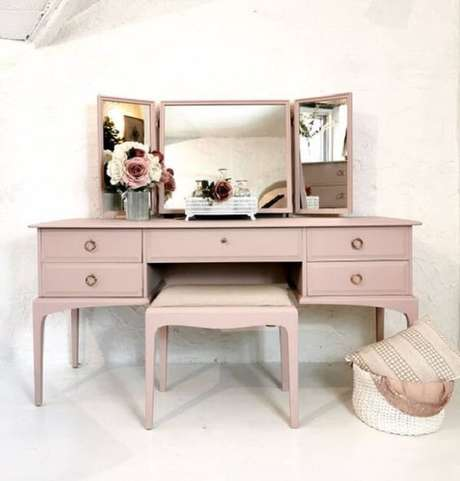 25. Modelo de penteadeira rosa com três espelhos. Fonte: Etsy