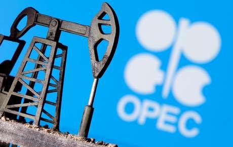 Ilustração com representação de bomba de petróleo e logo da Opep  14/04/2020 REUTERS/Dado Ruvic