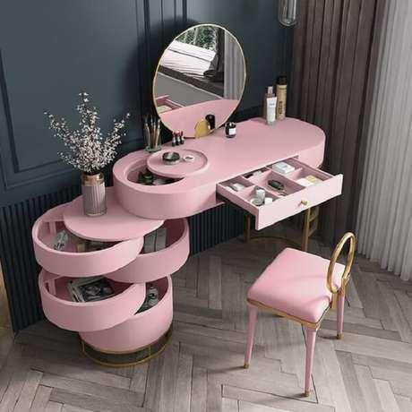 9. Penteadeira rosa funcional com diversas aberturas e compartimentos. Fonte: Pinterest