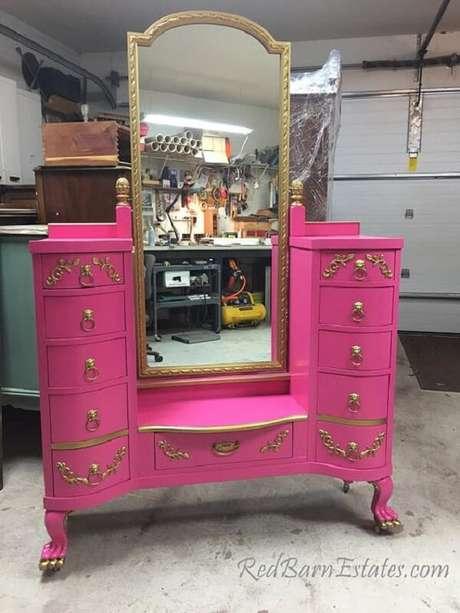 26. Modelo de penteadeira rosa pink com espelho e diversas gavetas. Fonte: Etsy