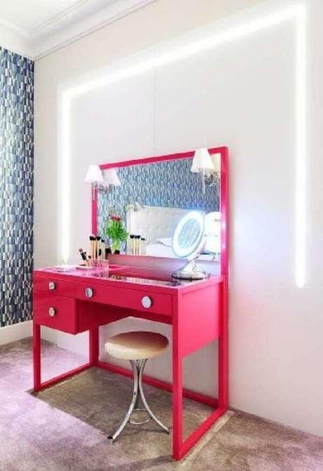 29. Modelo de penteadeira rosa pink se destaca na decoração desse dormitório. Fonte: Pinterest