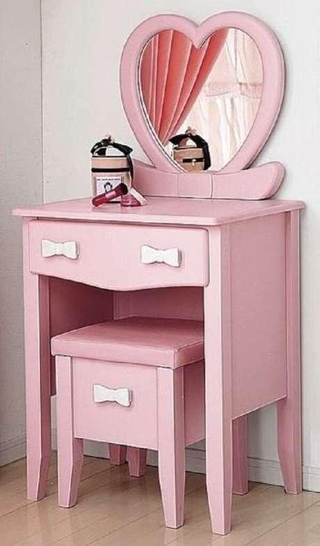 32. Penteadeira cor de rosa com puxadores em forma de laços é pura fofura. Fonte: Pinterest