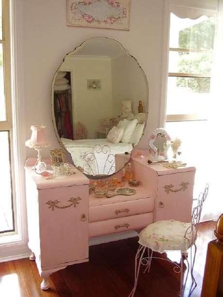 45. Penteadeira rosa vintage traz personalidade ao cômodo. Fonte: Pinterest