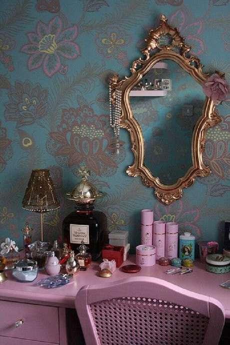 12. Acomode diversos produtos de beleza e perfumes sobre a penteadeira rosa. Fonte: Pinterest