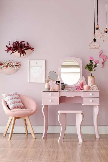 2. Modelo elegante de penteadeira rosa com espelho. Fonte: Pinterest