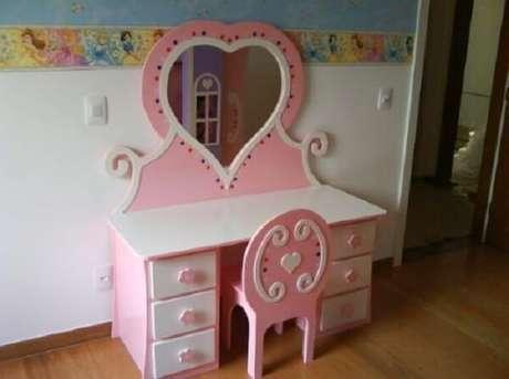 34. Penteadeira infantil rosa e branca com espelho em formato de coração. Fonte: Pinterest