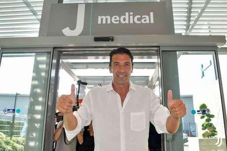 Ídolo na Juventus, Buffon vem sendo o reserva imediato de Szczesny. (Foto: Reprodução)