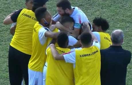 Primeiro gol da partida foi marcado por Eduardo (Reprodução/Premiere)