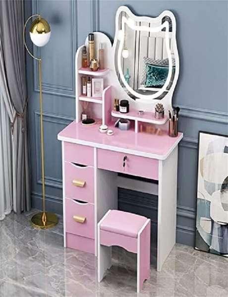 42. Penteadeira rosa com espelho em formato criativo. Fonte: Pinterest