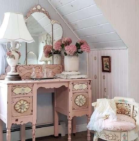 23. Modelo de penteadeira rosa bebê com design clássico. Fonte: Pinterest