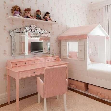 31. Penteadeira cor de rosa com espelho decora o quarto de menina. Fonte: Pinterest