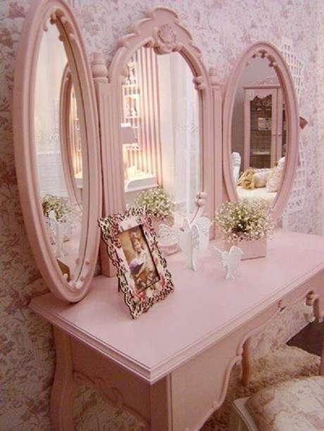 18. Cadeira para penteadeira rosa estofada com estampas florais. Fonte: Pinterest