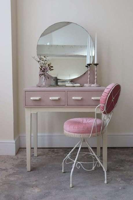 17. Cadeira para penteadeira rosa com pés de ferro. Fonte: Pinterest