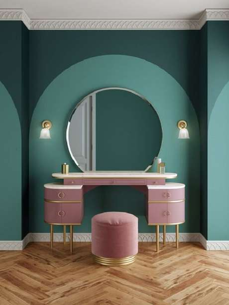 39. Penteadeira rosa com acabamento dourado sofisticado. Fonte: Pinterest