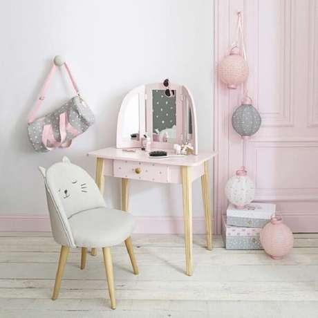 37. Penteadeira rosa bebê infantil tem tamanho ideal para as crianças brincarem. Fonte: Pinterest
