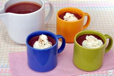 Guia da Cozinha - Chocolate quente com canela e noz-moscada para provar e aprovar