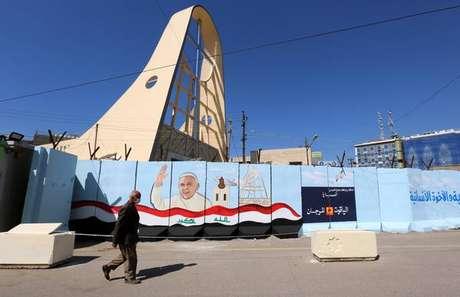Muro com grafite em homenagem ao papa Francisco em Bagdá, capital do Iraque