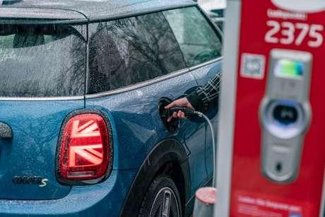 Mini Cooper SE tem suporte a carregamento rápido e conta com uma autonomia de até 234 km.