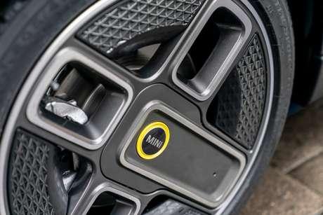 Rodas aro 17'' com design assimétrico são as únicas mudanças em relação ao Mini convencional.